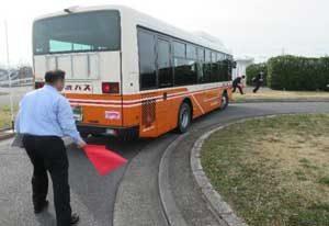 埼玉県警で乗合バス運転手の技能競技大会開く