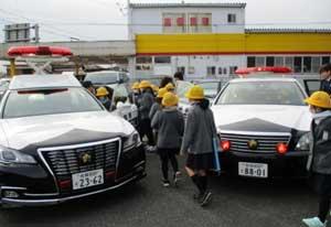 佐賀県神埼署が児童280人の庁舎見学を受け入れ