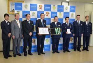 広島県警に損保会社が反射板LEDライトを寄贈