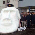 青森県黒石署のちとせ交番に「モアイ像」の雪だるまが鎮座