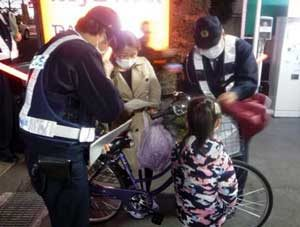 埼玉県警が川口・蕨市内でひったくり注意の啓発活動