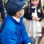 北海道岩見沢署・月形駐在所員が反射材付きマスクを新入学生に贈呈