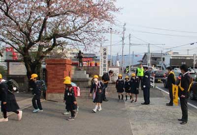 佐賀県神埼署で交通安全の見守り活動