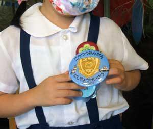 京都府西京署が交通教室参加園児に「キッズポリス缶バッジ」配る