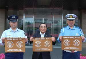 北海道警函館方面が少年刑務所と飲酒運転根絶のランチョンマット作る