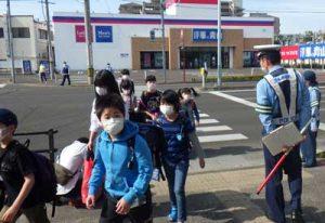 宮城県仙台東署が登校再開の小学校で門前街頭指導