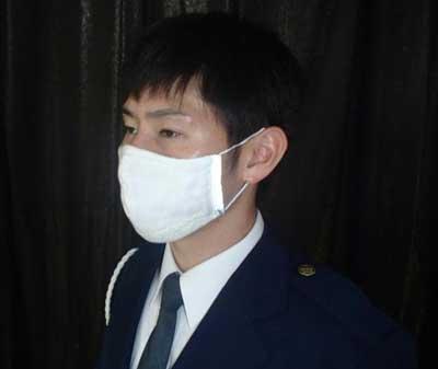 島根県安来署の交通課員が光る手製マスクを着用
