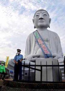 愛知県江南署が「布袋の大仏様」に交通安全タスキ掛ける