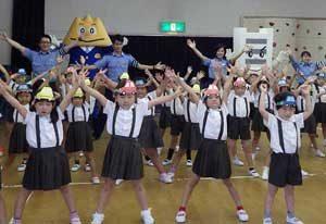富山県富山北署で園児が踊る横断歩道の歌を公開