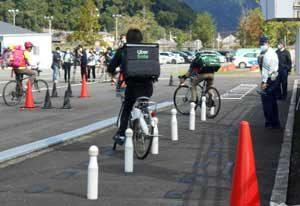 京都府警でUberEatsの配達員への交通安全講習会
