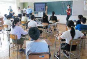 新潟県警が小学生にティーム・ティーチング授業で広報活動