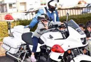 「勤労感謝の日」に園児が岐阜県山県署に心を込めた激励