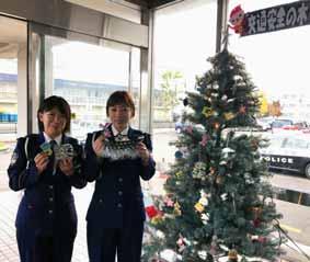 北海道北署ロビーに夜光反射材の「交通安全無事故の木」