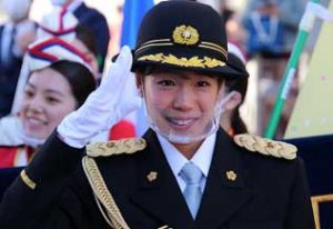 京都府伏見署で女子マラソン・一山麻緒選手を一日警察署長に