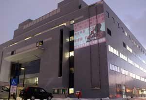 北海道北署が防犯画像を市役所外壁に投影
