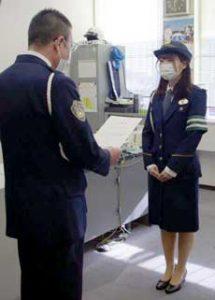 岐阜県警高速隊が中日本高速道路の女性職員を一日隊長に