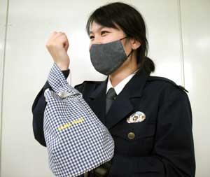岡山県児島署でジーンズ生地のバッグ・マスクを制作