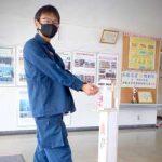 沖縄県警機動隊のロビーにペダル式消毒スタンド設置