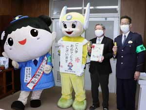 神奈川県警が新入学児童に防犯ぬりえ等を贈呈