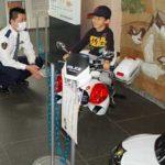 福岡県東署で手作りの白バイ・パトカーのミニチュアを展示