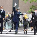 斉藤警視総監が新1年生に横断歩道の渡り方を指導