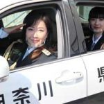 神奈川県金沢署に伍代夏子さんとAKB48・武藤十夢さんが激励訪問