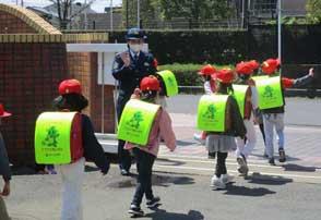 埼玉県大宮署が児童らの事故防止へ立哨警戒を実施
