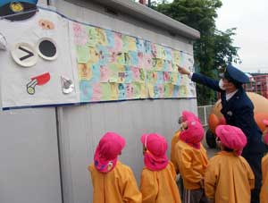 岐阜県山県署が園児と一緒に「お巡りさんこいのぼり」を制作