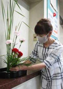 愛知県犬山署を癒す生け花が40年迎える
