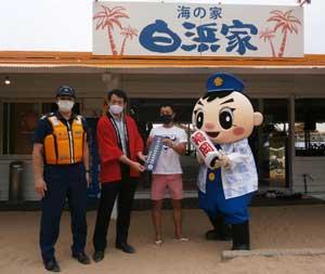 福岡県糸島署が海水浴場で暴排と水難事故防止の啓発キャンペーン