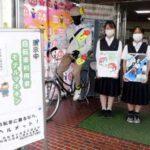 愛知県天白署玄関に自転車安全利用の模範服装マネキンを展示