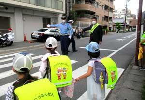 奈良県奈良西署で小学生見守る交通安全街頭活動