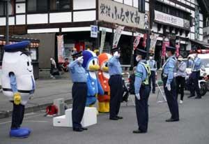 新潟県十日町署と長野県飯山署が県境で交通安全広報を実施