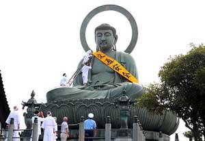 富山県高岡署が「高岡大仏」に交通安全ジャンボたすきを取り付け