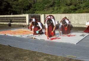 鹿児島県奄美署が高校書道部による交通安全パフォーマンス